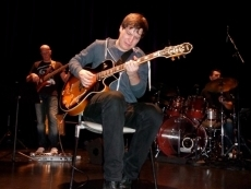 le-guitariste-marton-fenyvesi-remporte-le-14eme-concours-international-de-solistes-de-jazz--23-11-2012